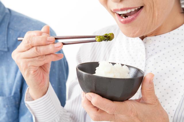 食事をする女性のイメージ